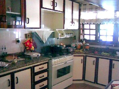 Residência com 3 dormitórios, suíte, living 2 ambientes, toda em tabuão, peças amplas, gabinete e bom pátio.